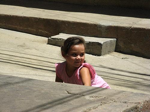 Laps tänaval mängimas