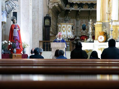 Teenistus kirikus, patsidega põliselanikud kuulamas (klikka, et suurendada)