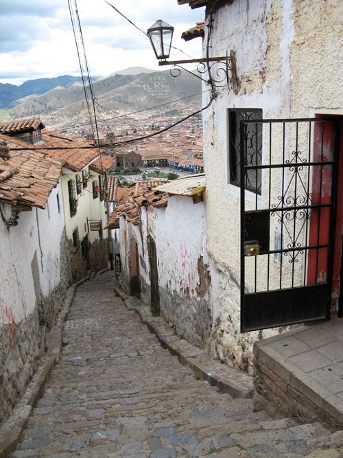 """Tüüpiline Cuzco vanalinna järsk tänav - taamal mäepeal """"Viva Peru!"""""""