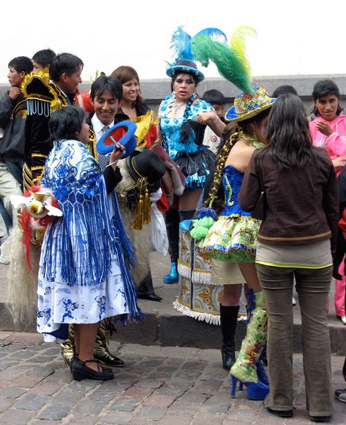 Karnevalikostüümis noored linnateatri ees