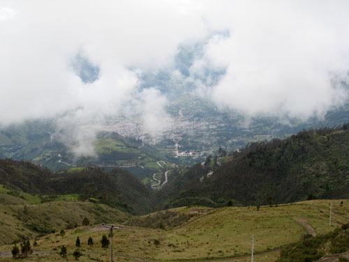 Vaade kõrgustest - linn all läbi pilvede