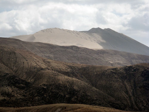 Taamal hiiglaslik liivadüün ulatumas üle mägede (klikka, et suurendada)