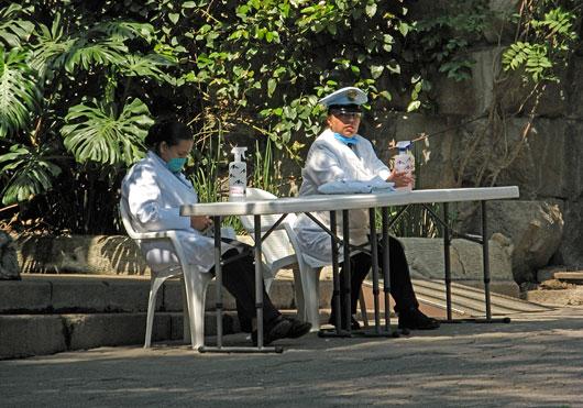 Sanitaartöötajad - kohustuslik oli tänaval käsi nende juures pesta
