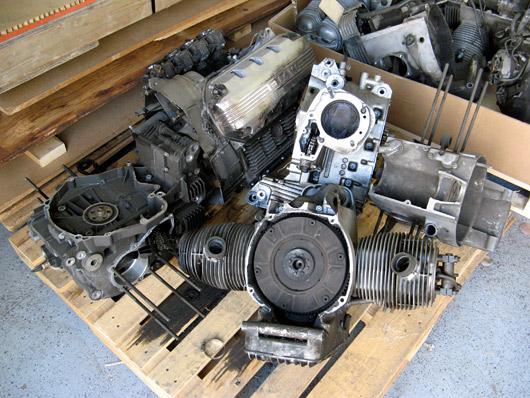 Nurgas vedeles igasugu vanu mootoreid, ilmselt puruks sõidetud ratastelt.