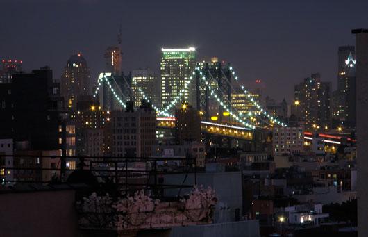 Üks NYC sildadest öösel