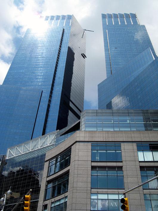 Kaelamurdvalt kõrged hooned Manhattanil
