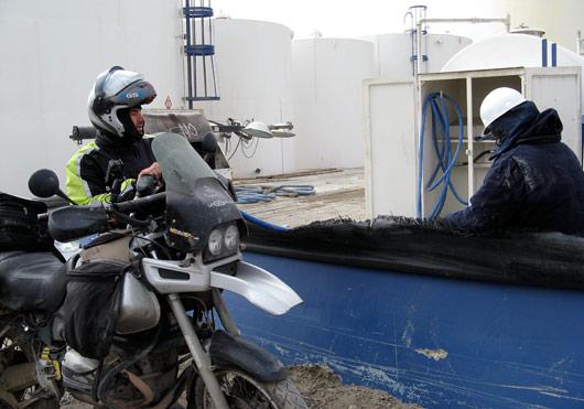 Tankimine Deadhorse'is - kuskil on lihtsalt pump - ja vaatamata oma toornafta meka mainele, oli seal perifeerias kütus meeletult kallis.