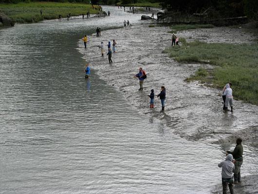 Kalastajad jõe ääres