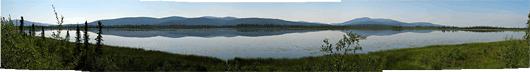 Rahulikud järved mägede taustal