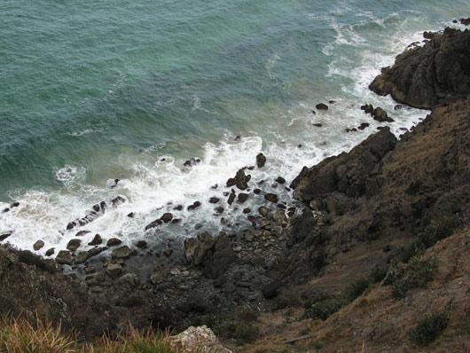 Vaikne ookean vastu kallast rammimas