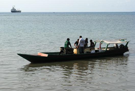 Mehed sorteerivad oma paadis kalu