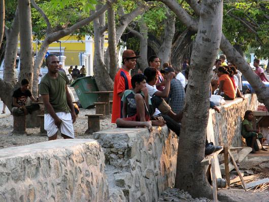 Rahvas Dili õhtuses rannas