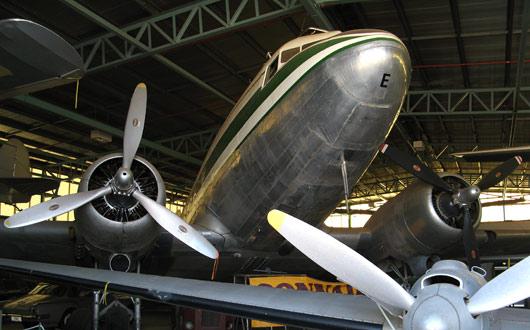 """Üks suurematest """"Flying Doctor"""" lennukitest Alice Springsi muuseumis"""