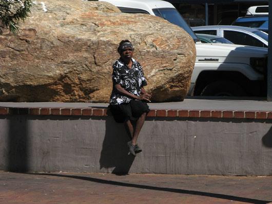 Aborigeen Alice Springsi tänaval