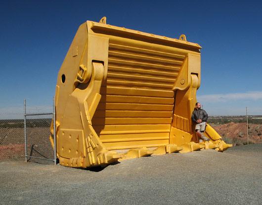 Kopp: üks kopatäis on 60 tonni materjali, ahjaa - bensiinipaak seda vedaval sõidukil on 11 000 liitrit ja veavad 2 mootorit 3700 hobujõuga. On veel näitajaid vaja? :)