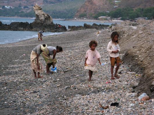 Naised koos lastega rannas kive korjamas - tundus täitsa amet olevat