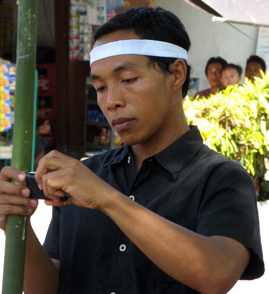 Bali mees mobiiliga fotosid tegemas