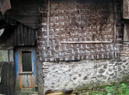 Küla elamud on ettejuhtuvast materjalist ehitatud