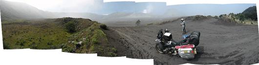Bromo (2) - pehme söe-liivane kraatripõhi. Peale vihma on kõva, meie sattusime aga suhteliselt ära kuivanud pehmele liivale