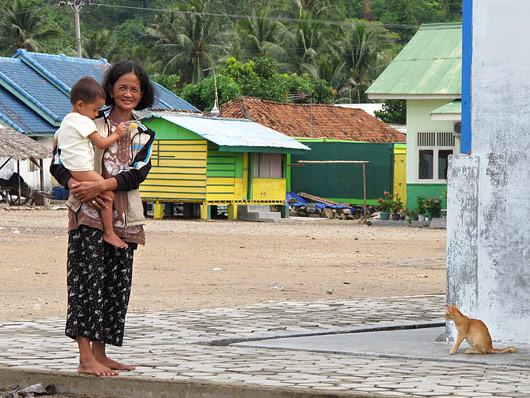 Kaluriküla naine lapse ja uudishimuliku kassiga