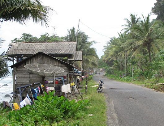 Sumatra teeäärne küla - isegi satipannid on olemas