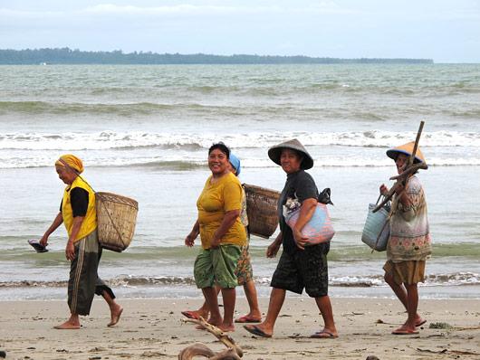 Naised randa mööda töölt koju jalutamas