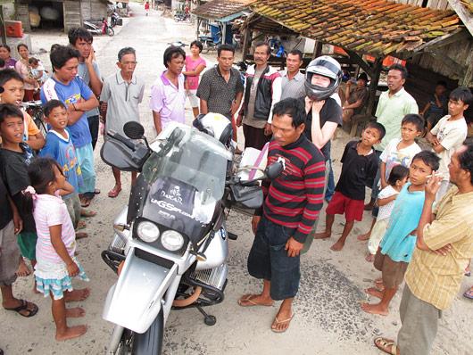 Üha suurenev hulk külarahvast Gessut uudistamas