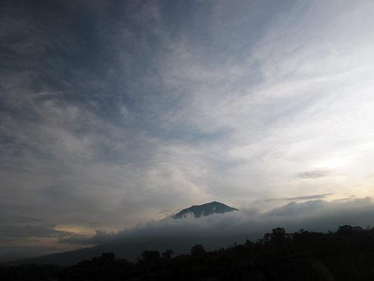 Bukittinggi kohal olev Vulkaan päikeseloojangus