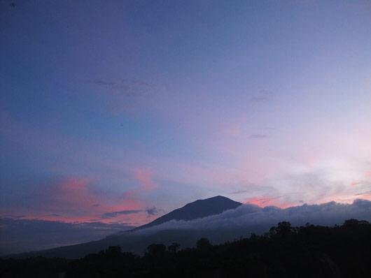 Vulkaan päikeseloojangus, mõni hetk hiljem