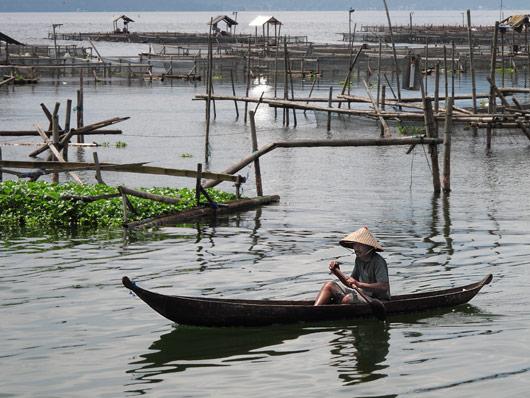 Mees Maninjau järvel kalakasvatusi inspekteerimas