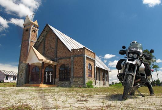 Kristlikus piirkonnas tagasi, kirik Bataki stiilis torniga ja Gessu