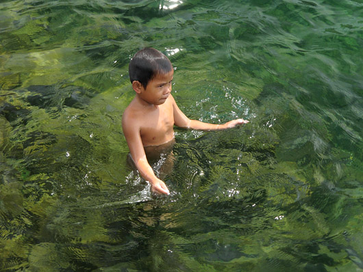 Laps Toba järves ujumas