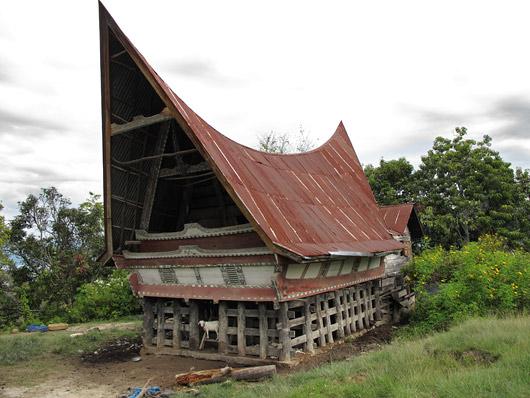 Traditsiooniline Bataki elumaja - all kasvatatakse loomi