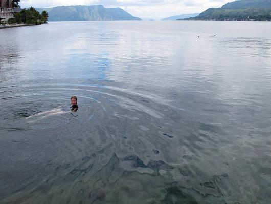 Kariina suplusel Toba järves, mis on kohati pea kilomeetri sügavune!