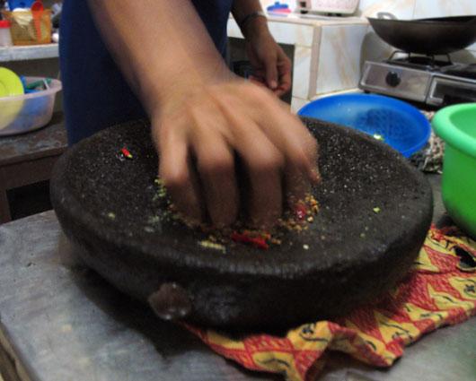 Uhmer töötab käsitsi ja ürgselt: kiviga