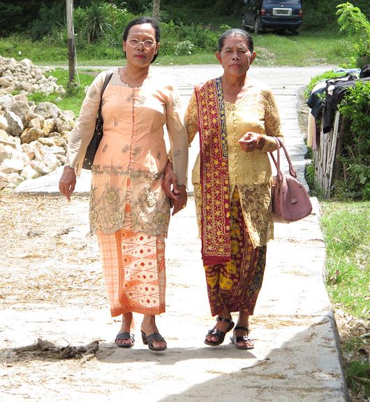 Naised kirikust koju tulemas