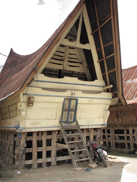 Tsikkel ja plätud bataki stiilis elumaja ees
