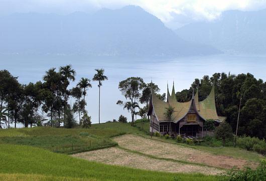 Minangkabau hoone Maninjau järve taustal