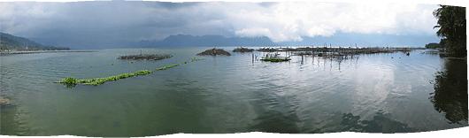 """Maninjau järv ja tehislikud """"kalakasvatussaared"""""""