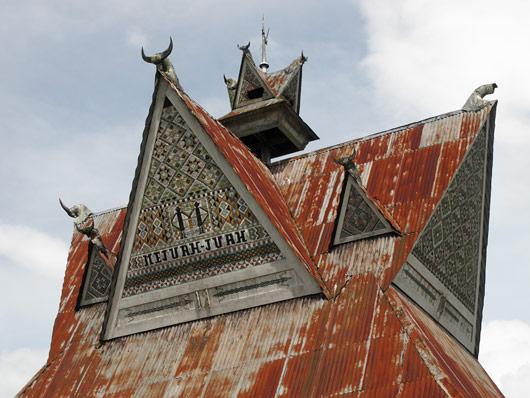Härjasarved Karo bataki hoone otsas