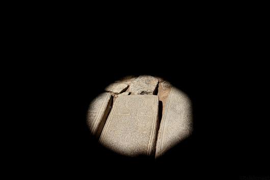 Valguslaik Sanahini kloostri hauakividel