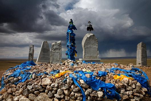 Mongolitel on kombeks kõrgematesse kohtadesse rajada ovoo'deks kutsutavaid kivikuhilaid (ovoo tähendabki kuhja), millest võib leida taevajumalatele kingiks toodud kompvekke, rahatähti, ning kindlasti sügavsinist kangast, sest sinine on taevajumalate värv.
